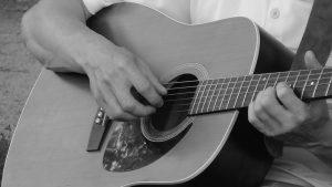 Bermain Gitar Dengan Posisi Duduk