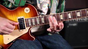 Body Gitar Diletakkan Di Pangkal Paha Kiri